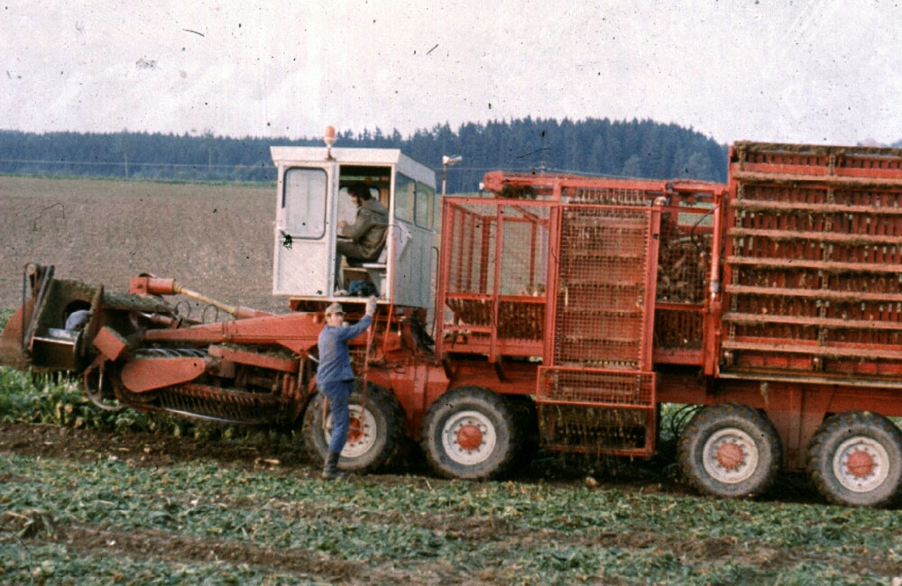 1974: Development of the first self-propelled six-row sugar beet harvester