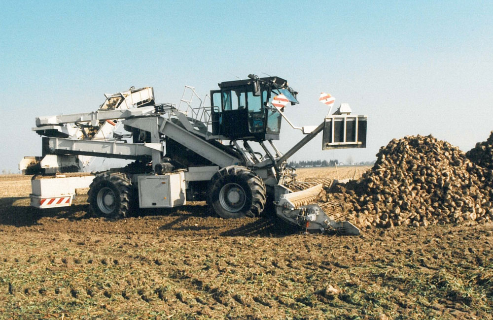 1993: Construction of the first prototype of a beet cleaner loader